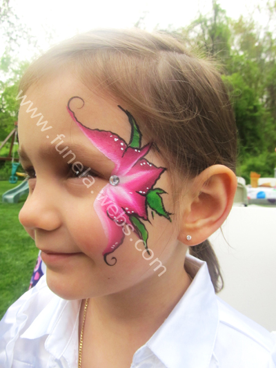 face_painging_whtie_pink_flower_with_green_leaves